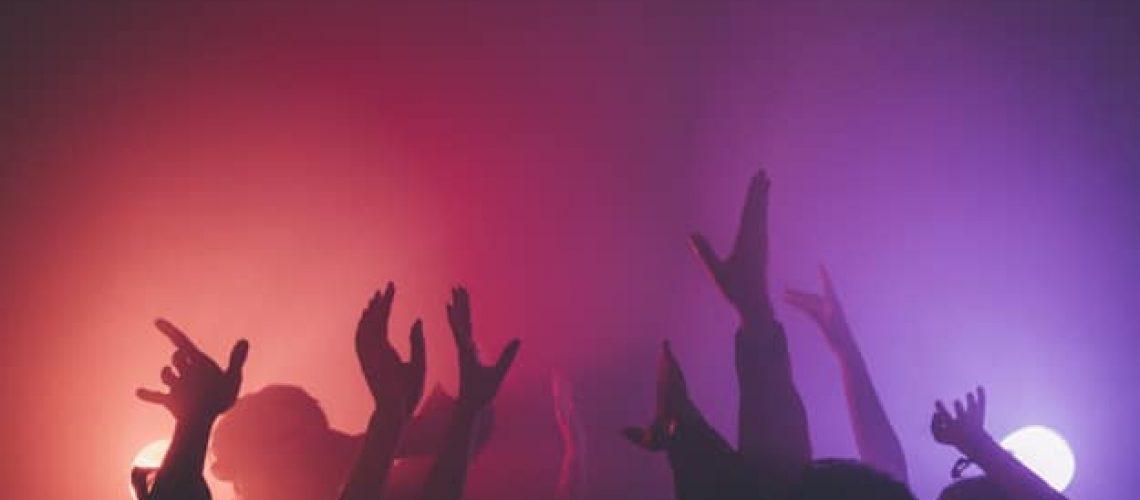 hand-crowd-disco_23-2147717087